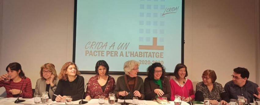 Les persones representants de les diferents entitats que impulsen la Crida a un Pacte per l'Habitatge assegudes a la taula enfront dels mitjans de comunicació