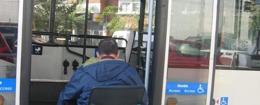 Una persona usuaria de silla de ruedas subiendo a un autobús