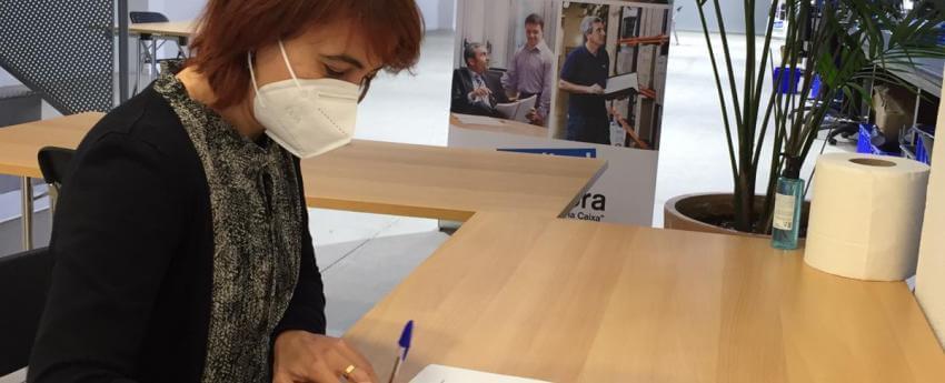 La gerent d'ECOM, Marta Obdualia, signant el conveni d'INCORPORA