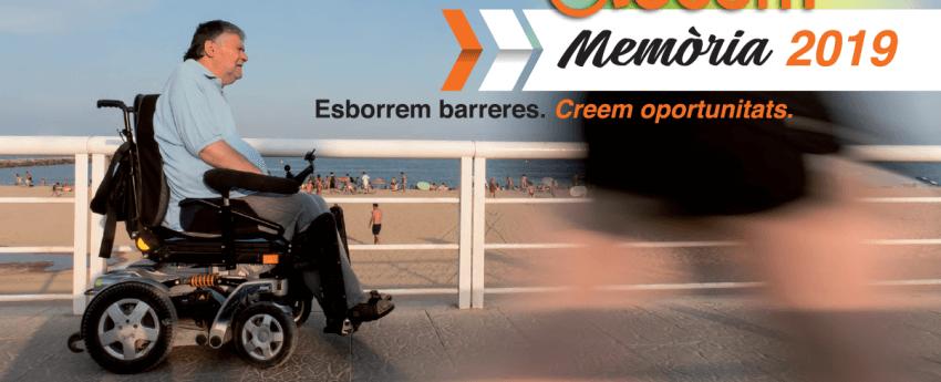 Portada de la memòria on surt un senyor passejant amb la seva cadira de rodes per davant de la platja