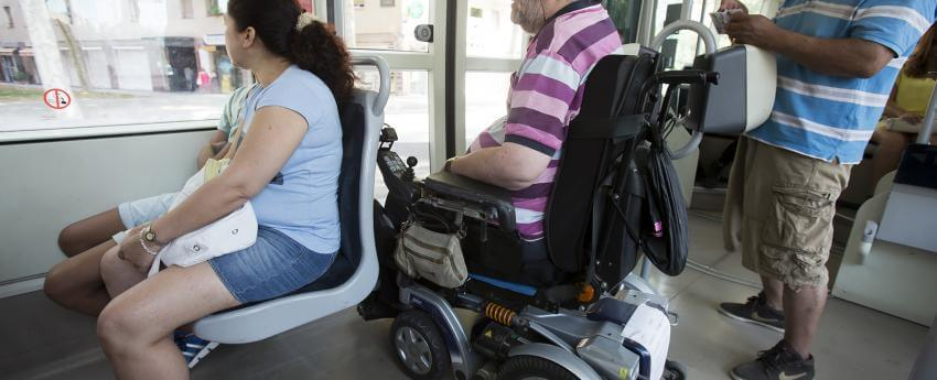una persona usuaria de silla de ruedas viajando en el tranvía