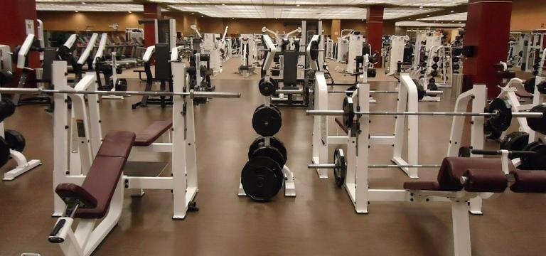 Una sala de máquinas de un gimnasio