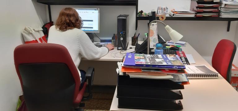 Una professional de la entidad trabajando en su despacho