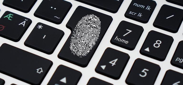Imatge d'un teclat on en una tecla es veu una emprenta dactilar