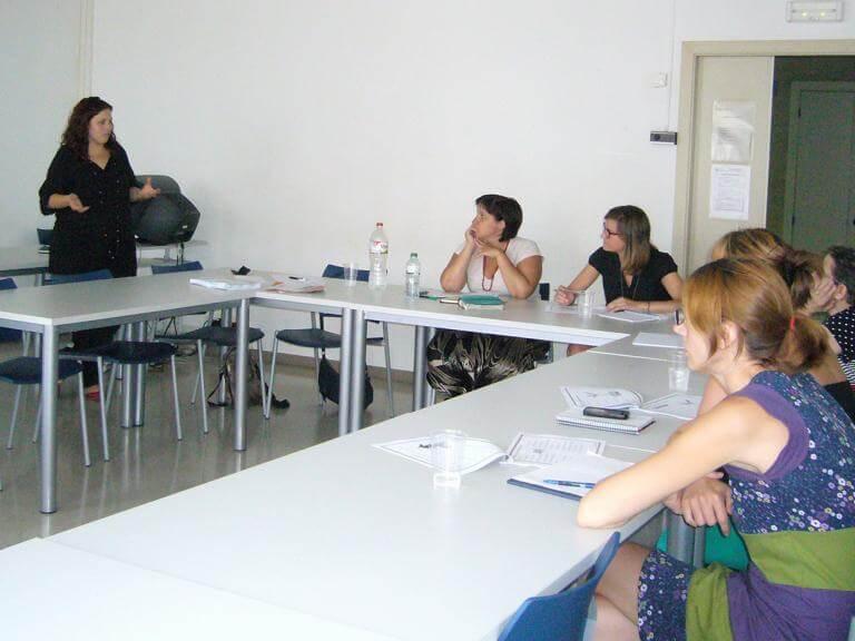 Una aula de formación con diversos alumnos escuchando a la persona que imparte la formación