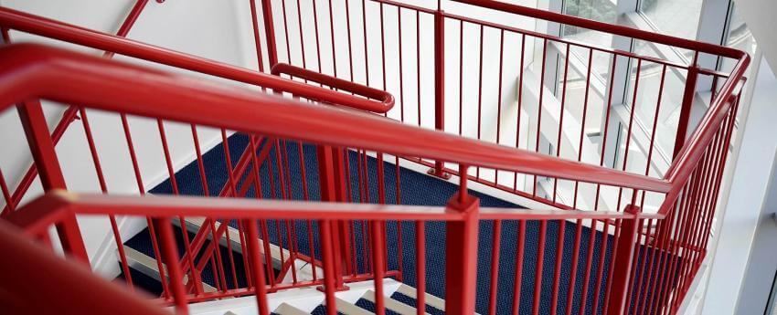 Tramo de escaleras de un bloque con barandilla