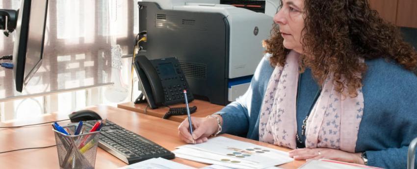 Mujer con discapacidad trabajando con su ordenador en una oficina