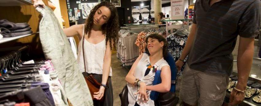 Dona en una botiga amb el/la seu/seva assistent perosonal