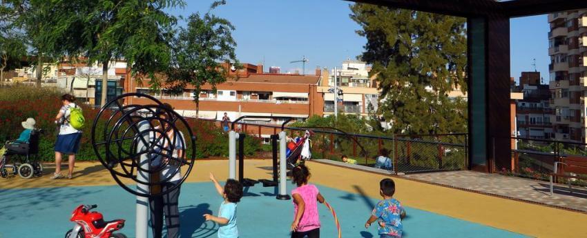 Niños pequeños jugando en un parque infantil