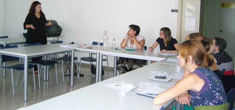 Una aula con diversas personas atendiendo las explicacions de la persona que imparte la formación
