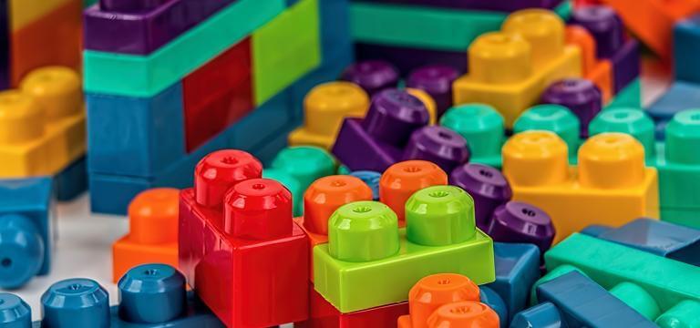 Diverses peces de lego pendents d'encaixar i organitzar
