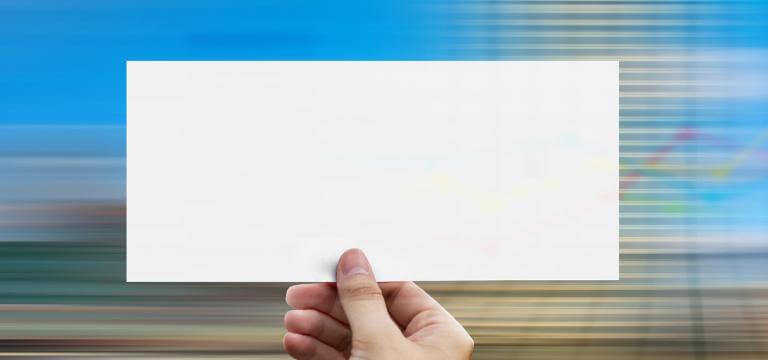Una mano mostrando un papel en blanco