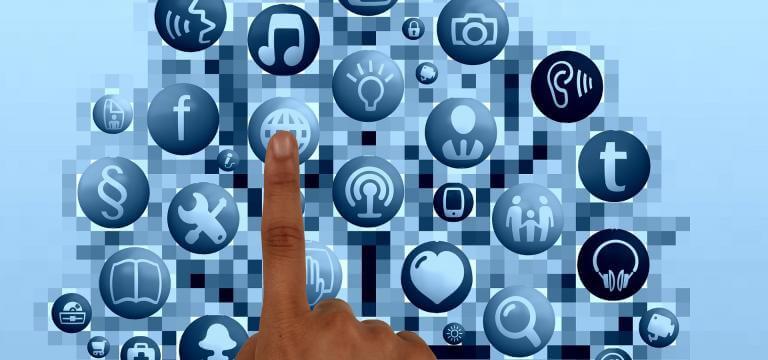Una imagen formada por iconos diferentes (recursos diferentes) y la imagen de un dedo señalando uno de ellos