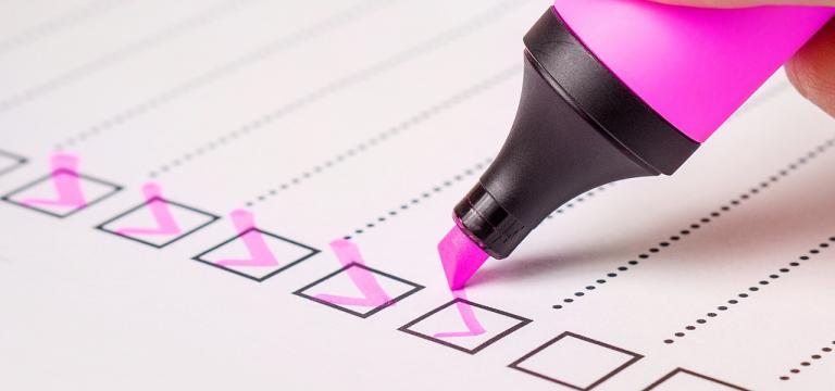 Imatge d'un rotulador marcant caselles en un check list