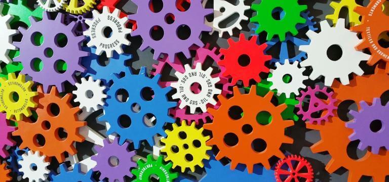Molts engranatges de colors diferents, connectats els uns als altres