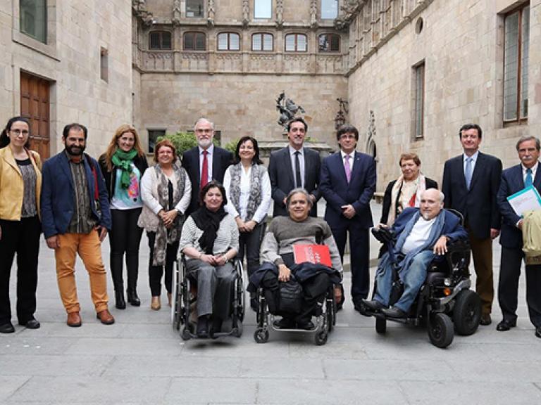 Grupo de representantes de entidades del ámbito de la discapacidad, que participan en el CODISCAT (el Consejo de la Discapacidad de Cataluña, dependiente de la Generalitat). En el centro de la fotografía, Carles Puigdemont, el presidente de la Generalidad en en el momento que se tomó la fotografía.