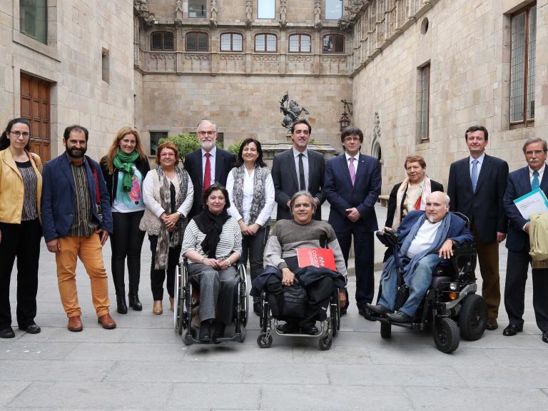 Representants de diferents organitzacions de l'àmbit de la discapacitat (entre ells el nostre president i el nostre vicepresident) fotografiats amb Carlos Puigdemont (en el moment de prendre la fotografia, president de la Generalitat de Catalunya) sortint de la primera reunió del CODISCAT (Consell de la Discapacitat de Catalunya)