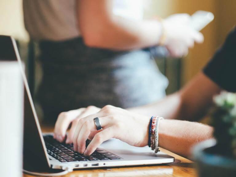 Las manos de una chica escribiendo en el ordenador